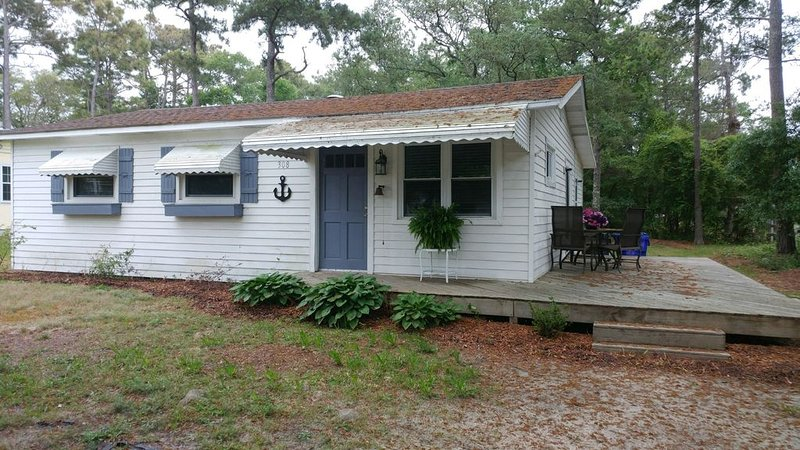 Cozy Beachside Cottage 1 Block from the Beach and the Oak Island pier., holiday rental in Oak Island