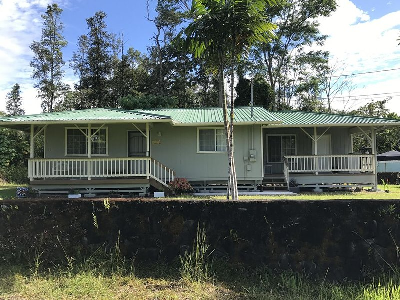 Cozy 3 bedroom home 20 minutes from hilo, holiday rental in Keaau