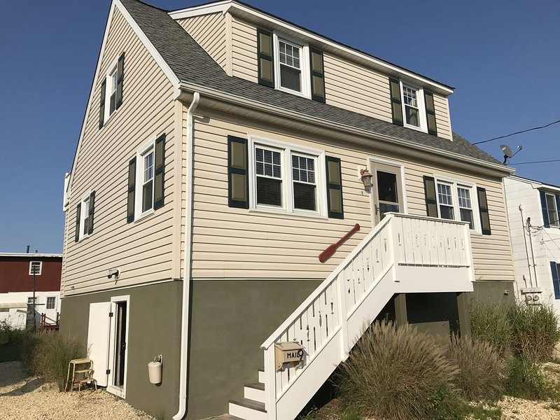 Walk to Ocean, Family Friendly, Clean, Comfy and Fun -- 8 Houses to the Beach!, vacation rental in Ship Bottom