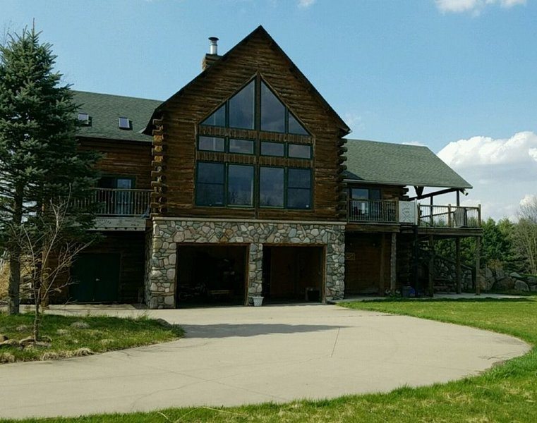 35 Acre Michigan Retreat - Amazing views/Hot tub/Saunas/Fireplace/Fire-pit/WiFi!, aluguéis de temporada em Hickory Corners