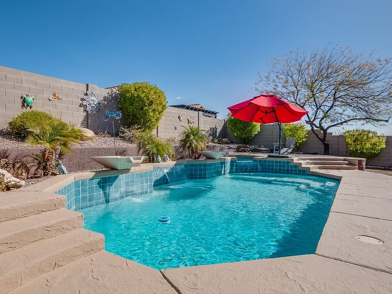 Sparkling clean family retreat with pool, game room, close  golf & Lake Pleasant, casa vacanza a New River