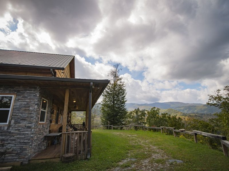 3-Story Lodge with WiFi, Mountain Views, FirePit, and Fireplaces, Ferienwohnung in Andrews