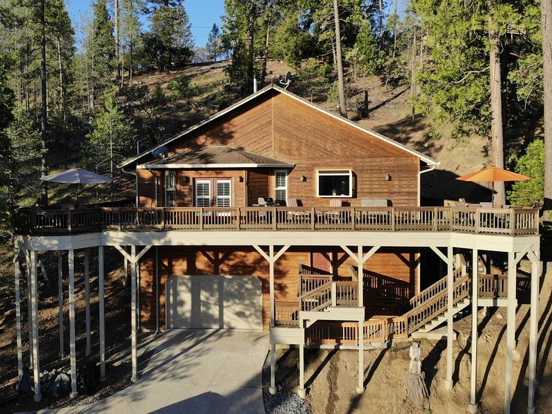 Elegant Mountain Cabin near Yosemite with Views, vacation rental in Coulterville