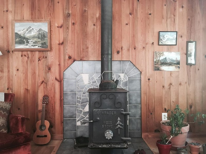 Hear the River from Cozy Mt Hood Cabin W/ Woodstove & Dogs Ok!, holiday rental in Rhododendron