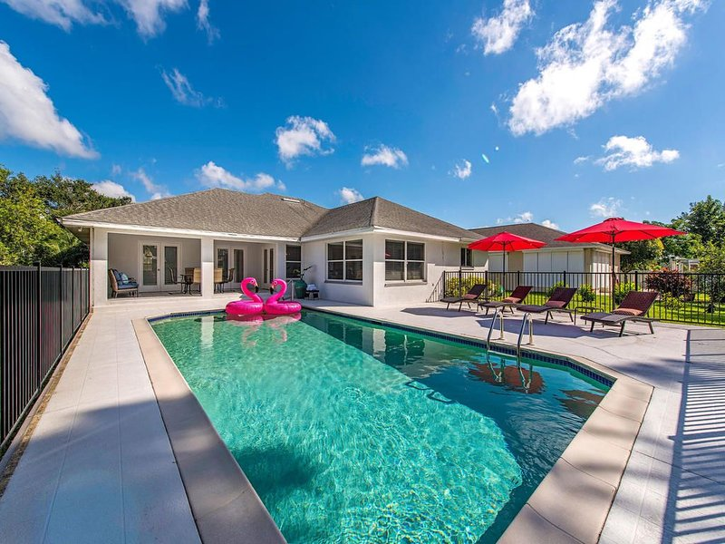 ENDLESS SUMER -Bright cheery house with Southern Pool, Fire Pit, Water Views!!, alquiler de vacaciones en Vanderbilt Beach