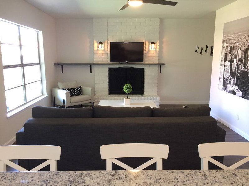 Modern Home ~ Minutes Away From Lackland And Sea World, holiday rental in Macdona