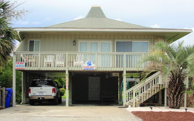 'The Beach Bucket' Beautiful Beach House located in Oak Island, NC, location de vacances à Oak Island