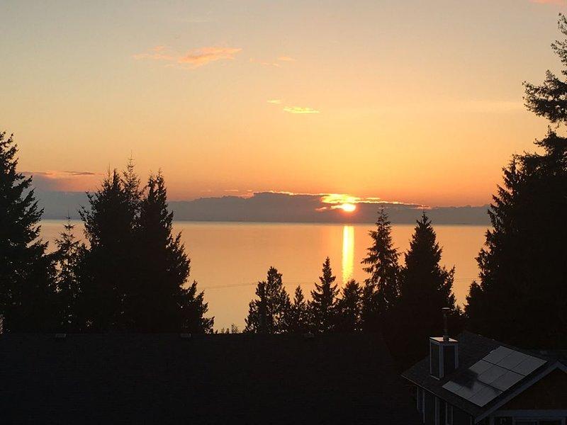 Bonniebrook Beach Suite Amazing Sunsets, aluguéis de temporada em Roberts Creek