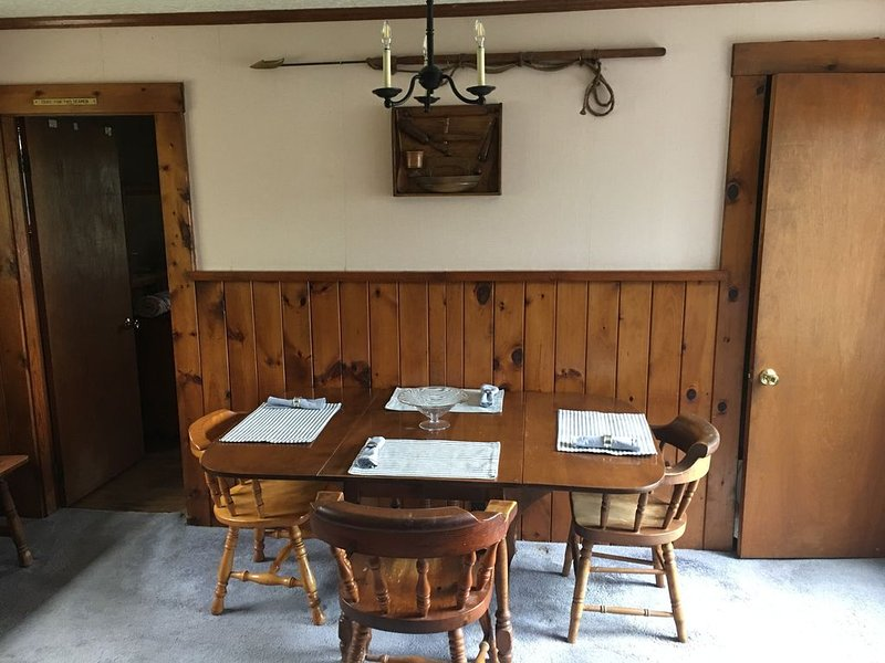 2 bedroom  1 bath, large deck and dock, on the water in peaceful cove,   Year – semesterbostad i East Boothbay