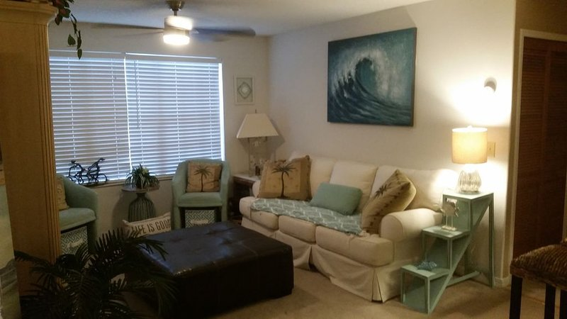 Cozy Condo Retreat.Close to Beaches/Disney/NASA.Tranquil Large Pool/Jacuzzi area, holiday rental in Palm Shores