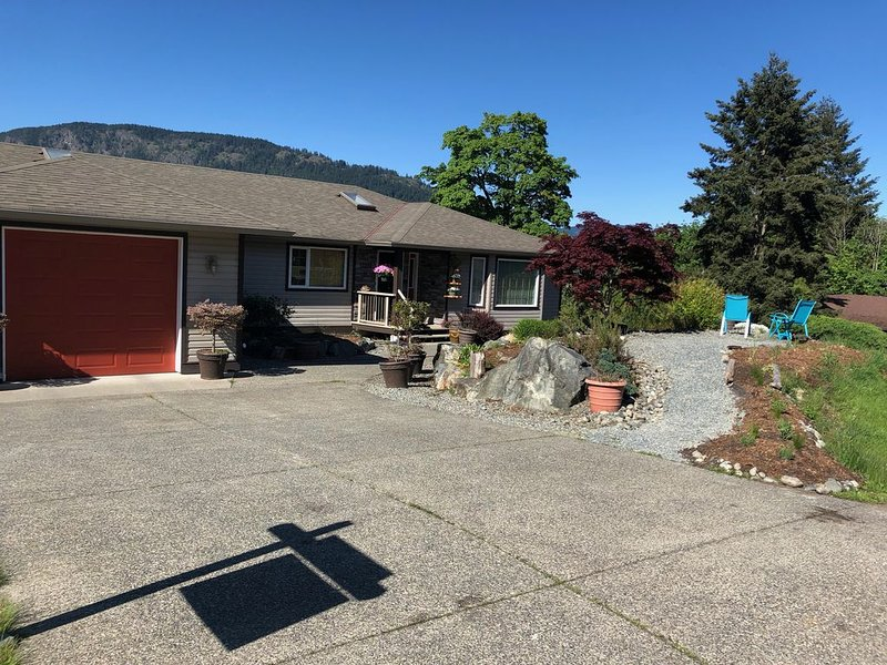 Spacious Ocean View home, walking distance to Cowichan Village and heron rookery, vacation rental in Duncan
