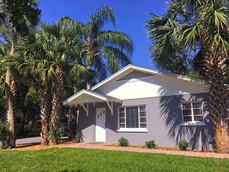 'UNDER THE PALMS' of Downtown Mount Dora, holiday rental in Umatilla