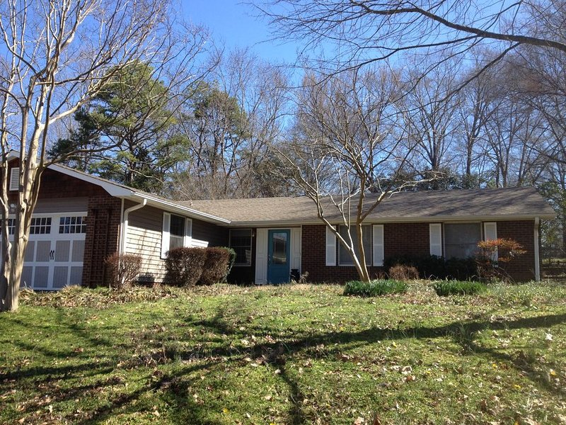 Warm 3 BR Cozy Ranch in Friendly South Charlotte, holiday rental in Matthews