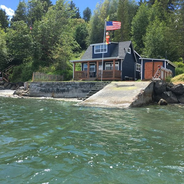 Waterfront Puget Sound cabin, minutes from Bainbridge Ferry to downtown Seattle, holiday rental in Keyport