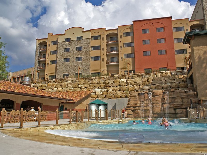 2-Bedroom Condo * Chula Vista Resort + Waterpark Passes for up to 10 Guests!, vacation rental in Packwaukee
