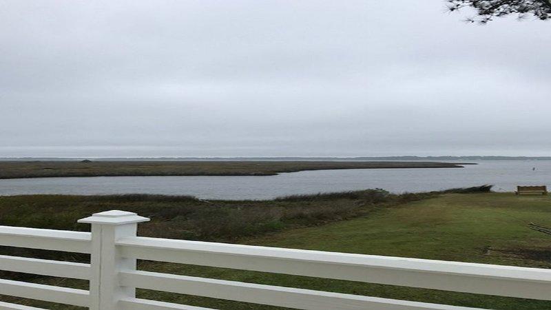 WATERFRONT TRANQUIL SETTING, casa vacanza a Cedar Island