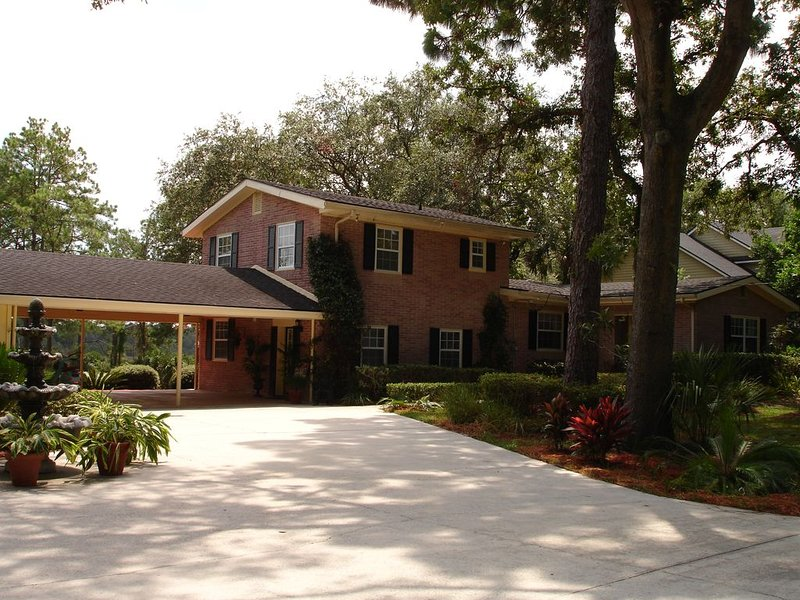 Close to MAYO ~ Peaceful, Serene Waterfront  ~ Private Dock ~ 3 Miles To Beach, casa vacanza a Atlantic Beach