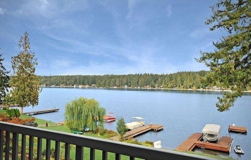 5-Bedroom Plus Sleeper Rm above Garage, 2 1/2 baths ~ Mason Lake Waterfront Home, location de vacances à Allyn