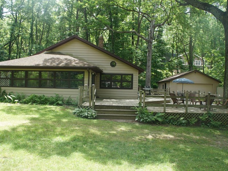 4 bedroom home on private Lake Mill close to Kalamazoo and south haven, holiday rental in Gobles