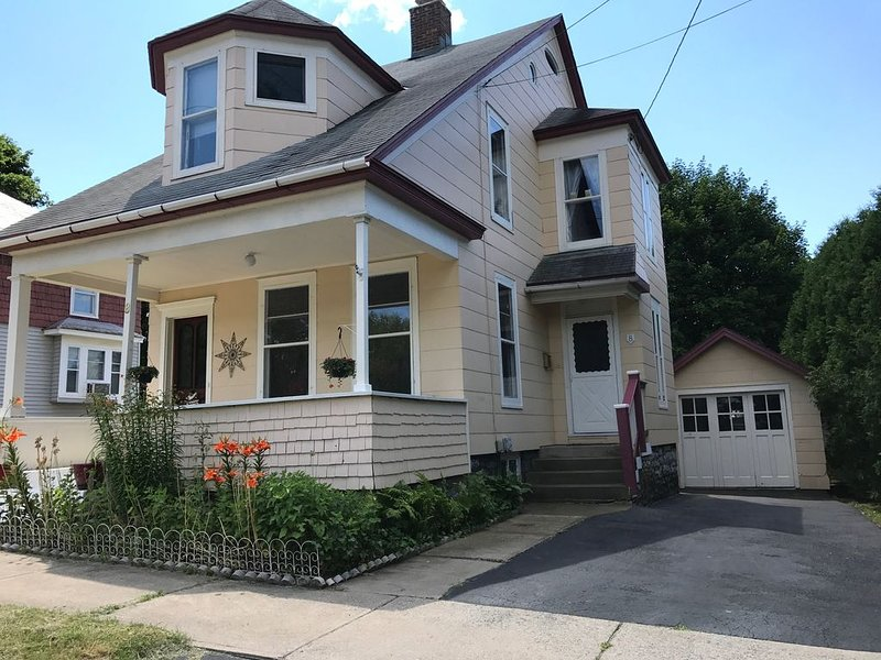 Erie Canal Bike Path-Historical Vacation Home, vacation rental in Stratford