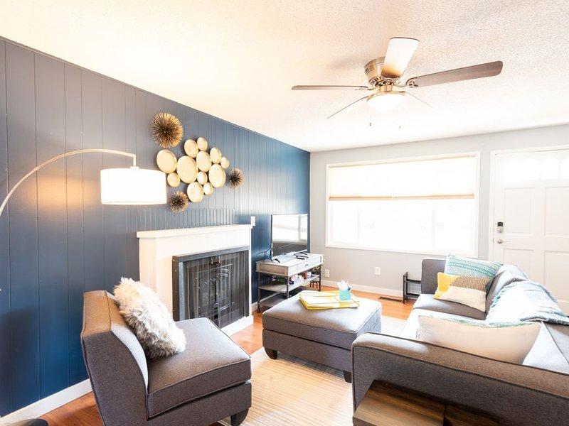 Comfy & Bright 2BR Flat W/ Fenced Yard Near Washington Square, holiday rental in Wilsonville