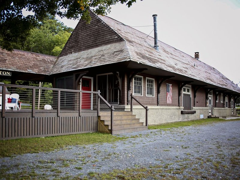 Historic 1913 Railroad Station Full of History, Views and Modern Amentities!, holiday rental in Green Mountains