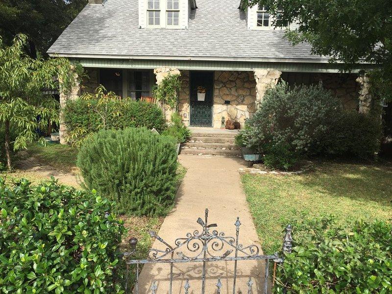 Cozy, Rustic Cottage- Pet Friendly (License No. 18-053), alquiler vacacional en Waco