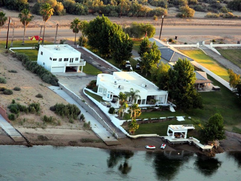 River Front guest house with Ramp, Beach, Volleyball, and Gazebo on the Water, holiday rental in Earp