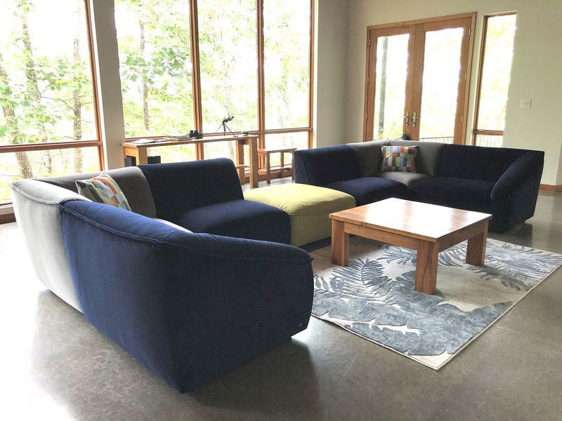 A modern home nestled on the cliffs of Greers Ferry Lake., holiday rental in Shirley
