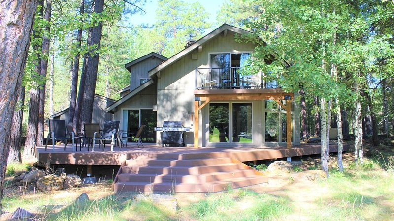 Cozy, newly remodeled golf course home with shared hot tub, pool and resort., vacation rental in Sisters