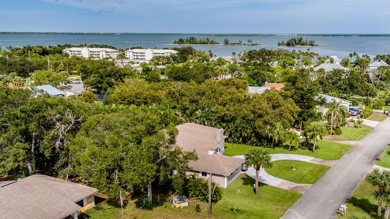 Coastal Calm Spacious & Private 3BR 3BA Home Just Steps From the River, vacation rental in Sebastian