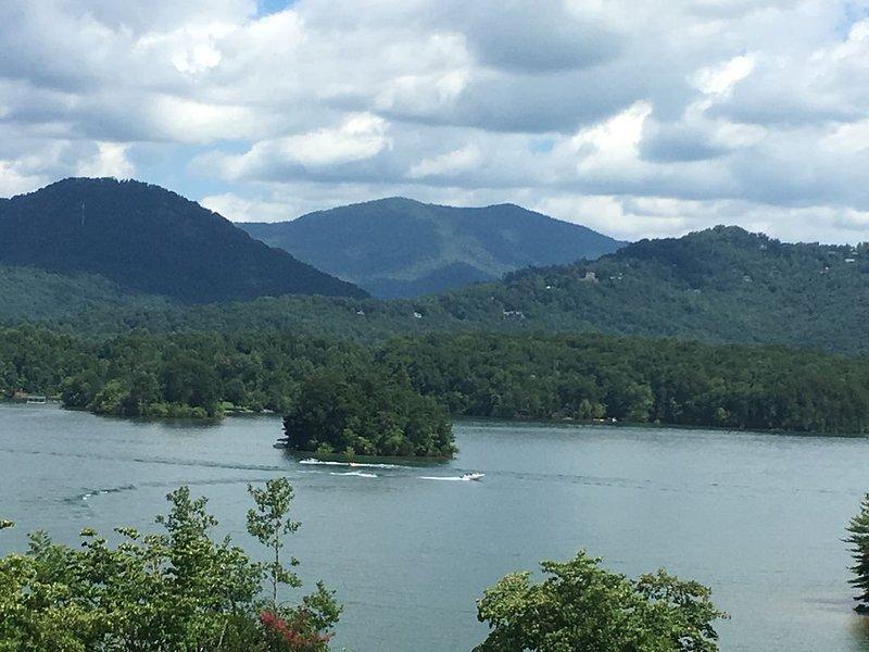 Beautiful  Lake Chatuge and mountain views!  No Smoking or pets!, aluguéis de temporada em Hayesville