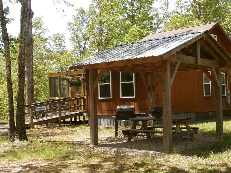 Welcome To Our Cozy And Private Ozark Mountains Cottage., location de vacances à Everton
