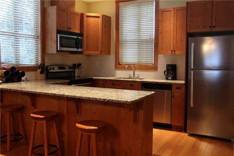 Pet friendly condo with private hot tub, kitchen, access to pool & BBQ, 5min wal, holiday rental in Fernie