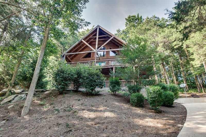 Beautiful Hillside Cabin At Cove Hollow Bay, alquiler vacacional en Lancaster
