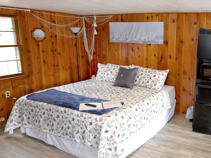 Whitehall Cottages Boutique Motel #1 - King Bed, holiday rental in Twin Lake