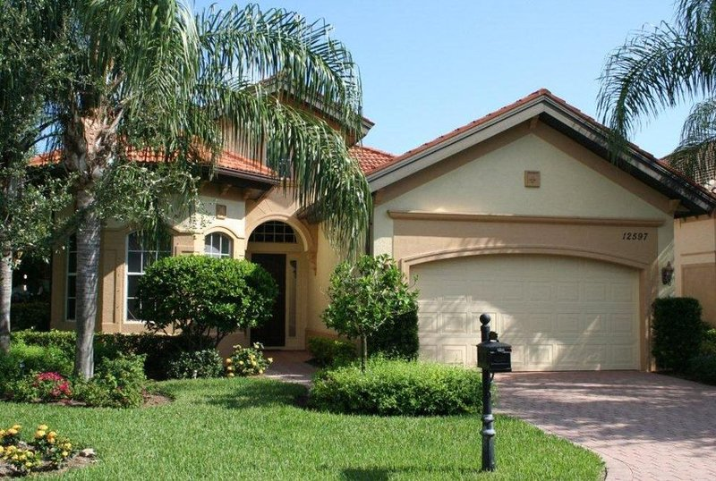 Luxurious Mediterranean Style Home! The finest finishes - Private Heated Pool, holiday rental in Estero