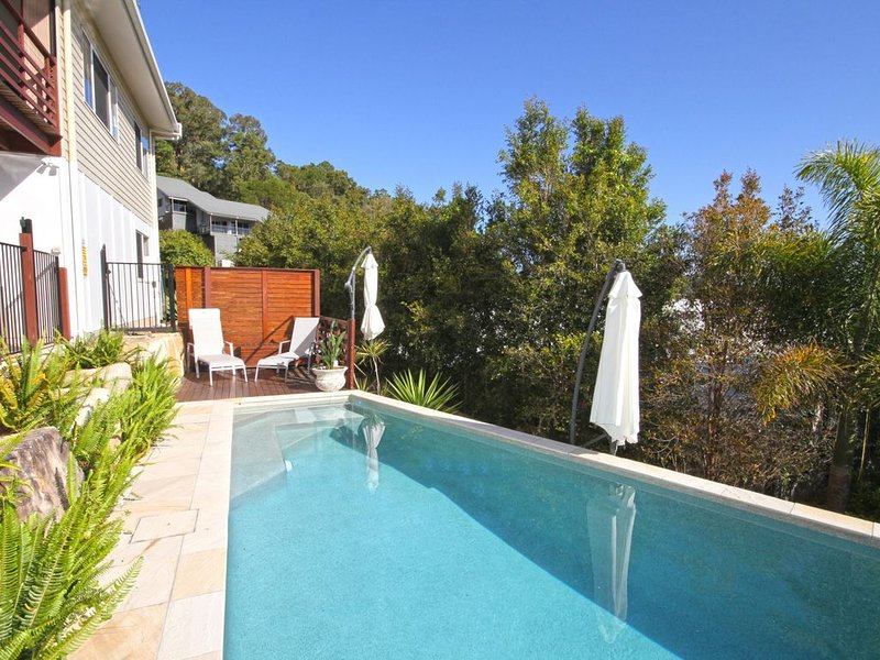 STUNNING HOME WITH SPECTACULAR VIEWS CLOSE TO THE BEACH, vacation rental in Coolum Beach