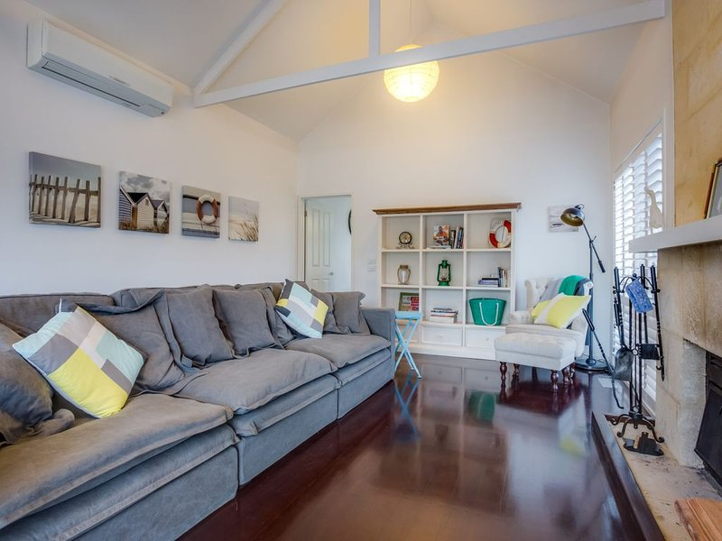 Cute Cottage on Cain: beach at end of street, vacation rental in Rye