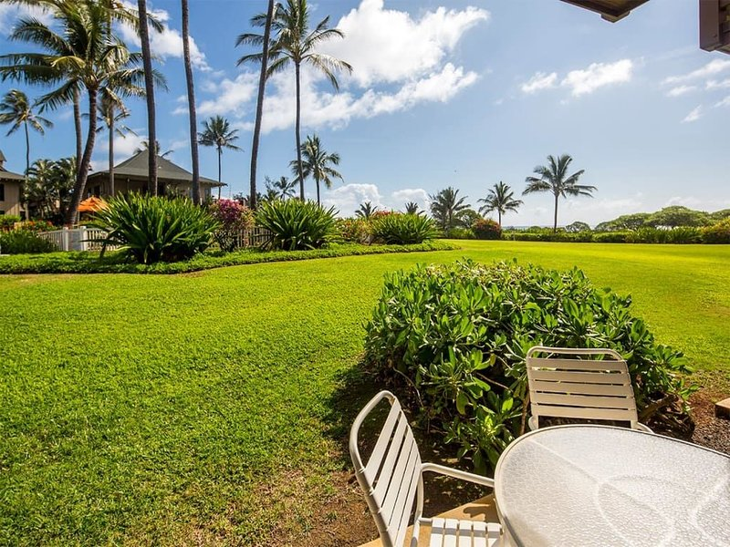 Easy Kauai Living! Lanai to Lawn, Full Kitchen, WiFi, Ceiling Fans–Kaha Lani 102, aluguéis de temporada em Lihue