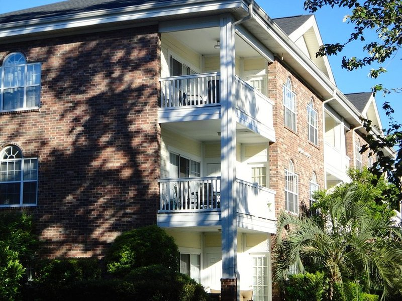 Relaxing and comfortable 2 bedroom condo- POOLS ARE OPEN!, holiday rental in Socastee