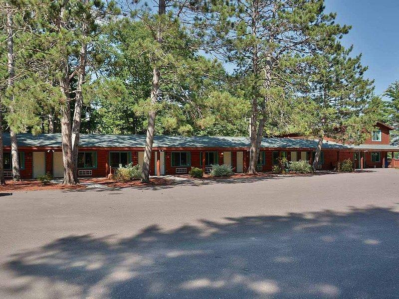 Grand Pines Motel Rooms, alquiler de vacaciones en Ojibwa