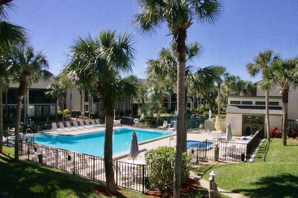 Tropical getaway Silver-rated condo prime location for easy pool and beach acces, vacation rental in Saint Augustine Beach