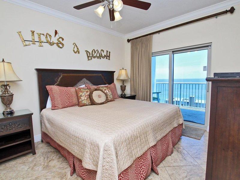 Chambre principale avec vue sur le golfe et lit King Size et accès au balcon