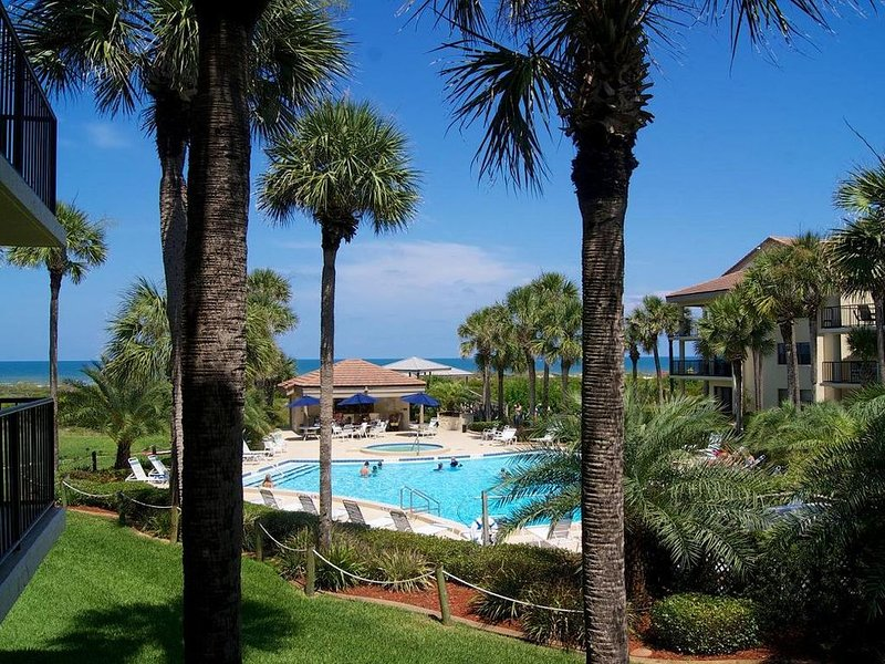 Soak up the Florida sunshine in this spacious poolside condo with views of the o, vacation rental in Saint Augustine Beach