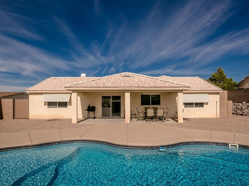 POOL HOME (2512)  3BDR/2BA  2 Queen 2 Twin 1 twin trundle bed – semesterbostad i Bullhead City