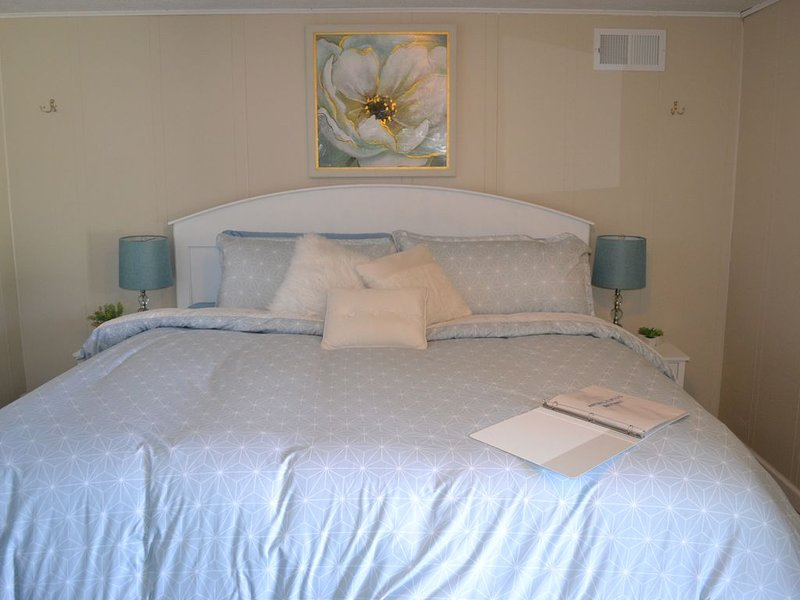 Whitehall Cottages Boutique Motel #5 - King Bed, holiday rental in Twin Lake
