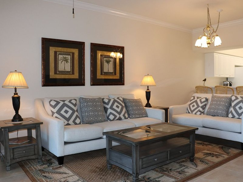 IMMACULATE First Floor, End Unit Condo with Lake Views!, holiday rental in Estero