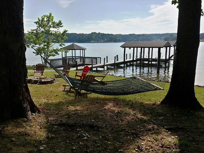 SUMMER BREEZE- Flat Lot, Fire-Pit, Kayaks & One Level, holiday rental in Moneta