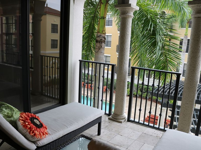 Luxurious corner unit at The Residence at Coconut Point, holiday rental in Estero